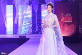 Hoa hậu Đỗ Mỹ Linh mặc cầu kỳ dự bế mạc Lễ hội Áo dài