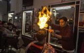 Hãi hùng cảnh cắt tóc bằng lửa cháy bùng bùng trên đầu
