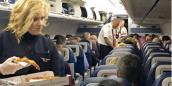 Hãng hàng không mua 800 chiếc pizza đãi khách bị hoãn chuyến