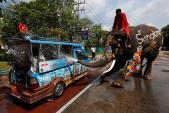 Lễ té nước ở Thái Lan không nhạc to, nhảy múa hay biểu diễn