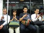 Sử dụng điện thoại, giới trẻ có nguy cơ đau vai gáy và thoát vị đĩa đệm sớm