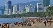 Bãi biển Nha Trang đông nghẹt người ngày nghỉ lễ 30/4