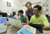 Con nghỉ học phổ thông, tự học ở nhà được cha mẹ là giáo viên dạy thế nào?