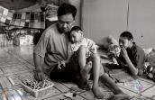 Bố nuôi 2 con bại não: Khi lòng hảo tâm bị lợi dụng