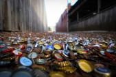 Con hẻm lấp lánh hàng triệu nắp chai thu hút du khách