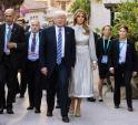 Vừa diện áo 1 tỷ, bà Melania Trump lại may váy hơn 900 triệu đi công du cùng chồng