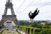 Trượt zipline từ tháp Eiffel với tốc độ của một trái tennis