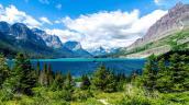 Hồ nước chứa hàng triệu viên sỏi 7 sắc cầu vồng