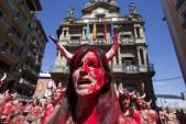 Dân Tây Ban Nha để ngực trần, biểu tình chống lễ hội bò đuổi