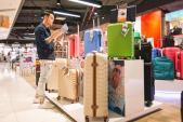 Quang Vinh chọn mua vali tại showroom Roncato đầu tiên ở Việt Nam