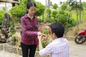 Dù làm cô dâu, bà xã Lương Thế Thành vẫn phải xắn quần tắm cho heo