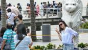 Tặng sổ tay các quy tắc ứng xử cho du khách Trung Quốc khi đến Singapore