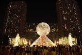 Siêu trăng độc đáo tại Vincom Mega Mall Royal City hút khách tham quan
