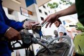 Giá xăng bất ngờ giảm nhẹ, giá dầu tăng