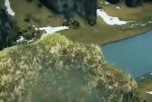 Du khách đi trên mép vách đá không đủ chỗ đứng cho hai người