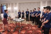 Nhân viên khách sạn 5, 6 sao học cách phục vụ chiêu đãi APEC
