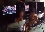 Bức xúc clip bé gái 8 tuổi ngồi hút thuốc trong quán game, người lớn tỏ ra thích thú