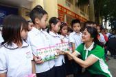 Vinamilk trao tặng 400 triệu đồng cho các hộ dân vùng lũ tại Hà Nội
