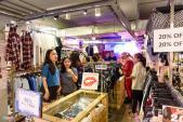 Giới trẻ Việt chen chân mua sắm ngày Black Friday 2017