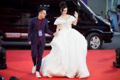 Phương Trinh diện váy phát sáng đến trao giải MAMA 2017