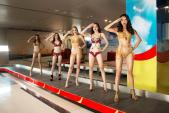 Ngắm trọn bộ ảnh bikini gợi cảm của siêu mẫu Minh Tú và Celine Farach