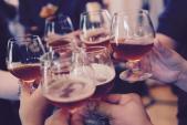 Bữa tiệc cuối năm đã đến rất gần, làm sao để bảo vệ da khỏi tác hại rượu bia?
