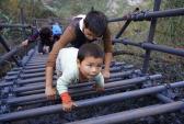 Thót tim nhìn bé 3 tuổi leo thang tới trường ở lưng chừng núi