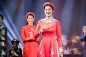 MC Phan Anh cùng vợ con trình diễn áo dài cho Hoa hậu Ngọc Hân