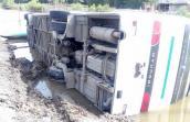 Ôtô khách lao xuống ao tôm, 45 người thoát chết