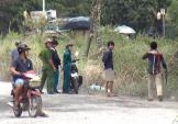 Công an vây bắt nghi can cướp trong bãi lau sậy ở Sài Gòn