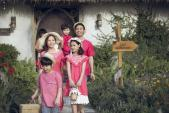 MC Phan Anh cười tít mắt khi dẫn vợ và 3 con đi làm người mẫu