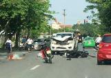 Ôtô bán tải lấn làn, hất văng 2 thanh niên đi xe máy
