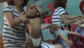 Trẻ bị bảo mẫu bạo hành và lời xin lỗi đầy nước mắt của một bà mẹ 9X