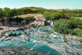 Chiêm ngưỡng suối nước nóng màu xanh ngọc ảo diệu ở Italia
