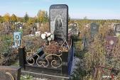Sốc độc lạ: Bí ẩn về bia mộ hình iPhone khổng lồ tại nghĩa trang