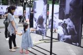 Triển lãm ảnh độc và lạ thu hút hàng ngàn người tại Hồ Gươm