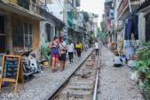 Ảnh: Khách Tây đến xóm đường tàu ở Hà Nội để chụp ảnh trăng mật