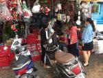 Đường phố Sài Gòn tràn ngập sản phẩm trang trí Noel đủ màu sắc
