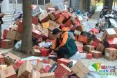 Sinh viên dốc ví mua sắm ngày giảm giá, sân trường đổ đống bưu kiện