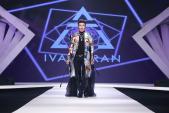 Đàm Vĩnh Hưng trình diễn thời trang với áo choàng sặc sỡ