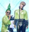 Chết cười với kiểu tóc độc lạ chưa ai dám để của nam ca sĩ Hàn Quốc
