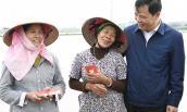 Bộ trưởng NNPTNT xuống đồng chúc Tết, lì xì bà con nông dân