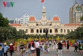 Đông đảo du khách thưởng lãm đường hoa Nguyễn Huệ