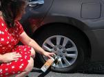 Làm gì khi ô tô bị xịt lốp giữa đường?