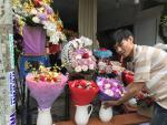 Giá hoa tươi tăng phi mã, cánh mày râu rút tiền triệu mua hoa