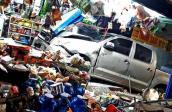 Toyota Hilux tông xe máy rồi lao vào tiệm tạp hóa, 3 người bị thương