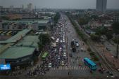 Người dân đội mưa trở lại thành phố, giao thông ùn tắc kéo dài