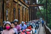 Cầu hơn trăm tuổi bị biến thành chợ cóc, giao thông ùn ứ