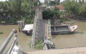 Gãy cần cẩu khi cứu hộ xe tải trong vụ sập cầu Tân Nghĩa