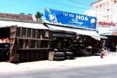 Nhiều người tháo chạy khi xe tải chở gạch lao vào tiệm tạp hóa